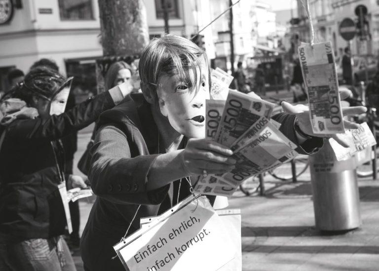 """""""Straßenaktion gegen Korruption"""" von Aktivistinnen der Plattform 20000frauen im April 2012 © Bettina Frenzel"""
