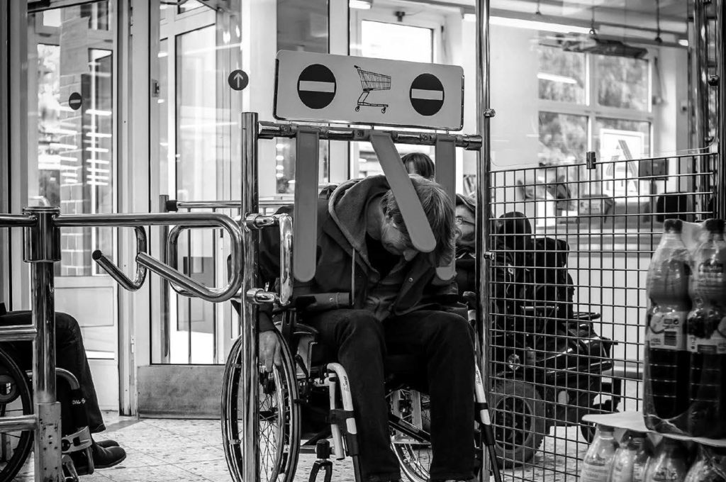 Mit dem Rolli in der Stadt, www.gesellschaftsbilder.de © Andi Weiland, www.andiweiland.de