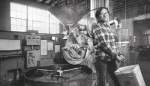 """© Chris Crisman: """"Women's Work"""" In seiner Fotoserie """"Women's Work"""" porträtierte der kalifornische Fotograf Chris Crisman Frauen in für sie eher untypischen Berufen. Inspiriert wurde er von Heather Marold Thomason, die ihren Job als Webdesignerin kündigte, um als Metzgerin zu arbeiten. """"Gender sollte nicht über den Berufsweg bestimmen"""", sagte Crisman in einem Interview."""