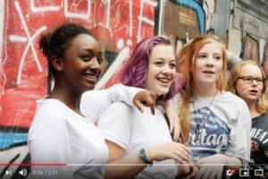 Eine Gruppe junger Mädchen steht an einer Wand