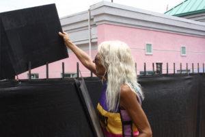 Derenda Hancock steckt jeden Morgen schwarze Plastiktafeln auf den Zaun der Klinik. © Nora Noll